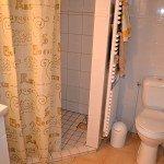 Salle de bain spatieuse équipée de portes serviettes